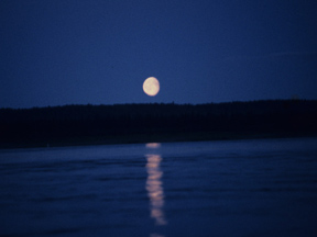 "Луна над Енисеем. Фото: Вячеслав Бобков/РИА ""Новости"""