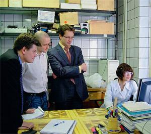 В лаборатории ГНЦ гости — представители Роснано.