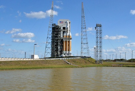 Ракета Delta 4-Heavy с военным спутником NROL-32 на стартовом комплексе 37 космодрома на Мысе Канаверал. Фото Spaceflight Now photos by Justin Ray