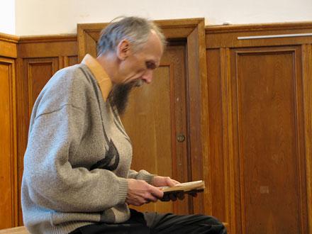 Виктор Васильев зачитывает фрагмент из книги Рэя Брэдберри. Фото: Наталья Демина