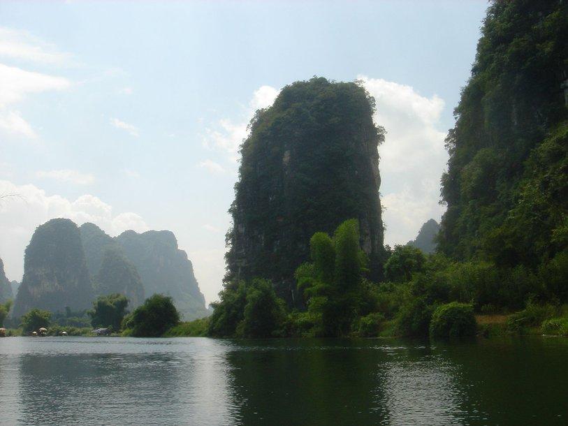 Карстовые горы в уезде Яншо (Yangshuo) в Китае