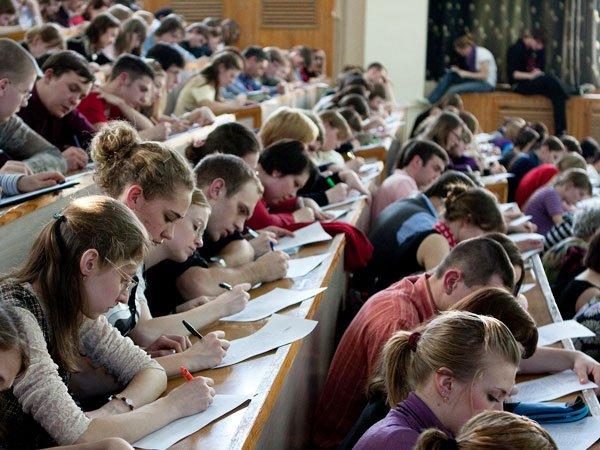 Министр образования предлгает вернуть письменные экзамены в университеты