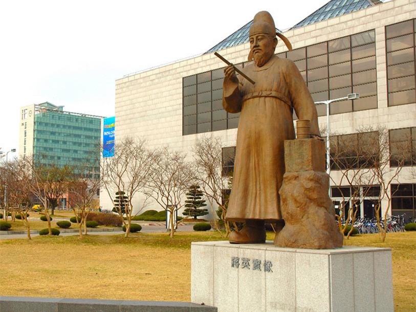 Статуя ученого XV в. Чана Ёнсиля (Jang Yeong-sil) перед зданием Корейского ведущего научно-технического института (KAIST)