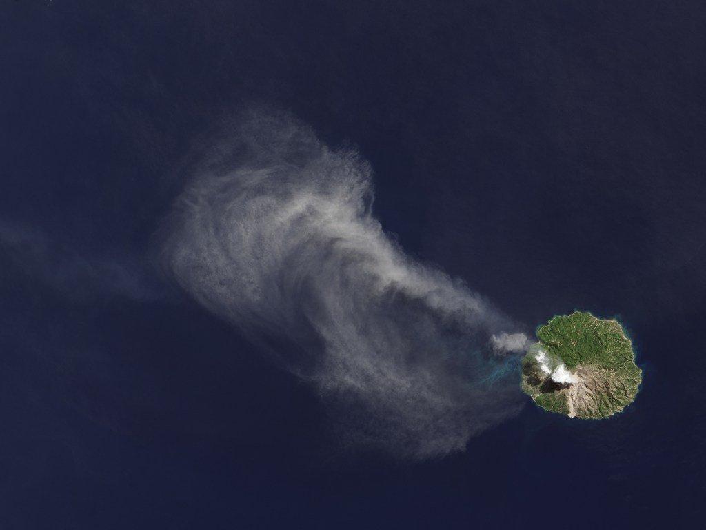 ВИндонезии закрыт аэропорт из-за извержения вулкана Локон