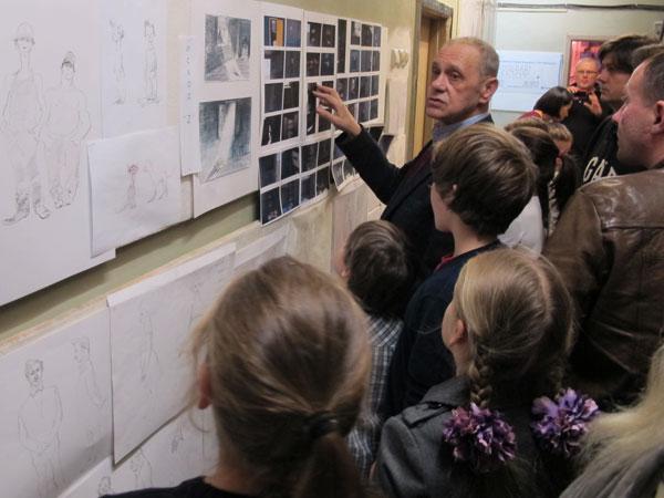 """Гарри Бардин показывает рисунки к """"Трем мелодиям"""" во время экскурсии """"акционеров"""" на его студию"""