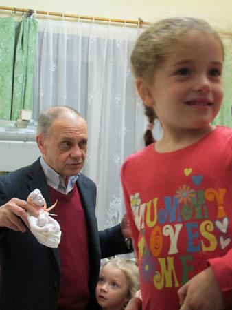 Гарри Бардин показывает куклы детям во время их экскурсии на мультстудию