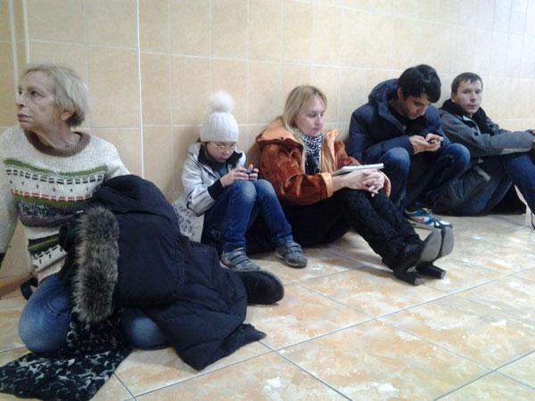 Усталые люди у зала Никулинского суда