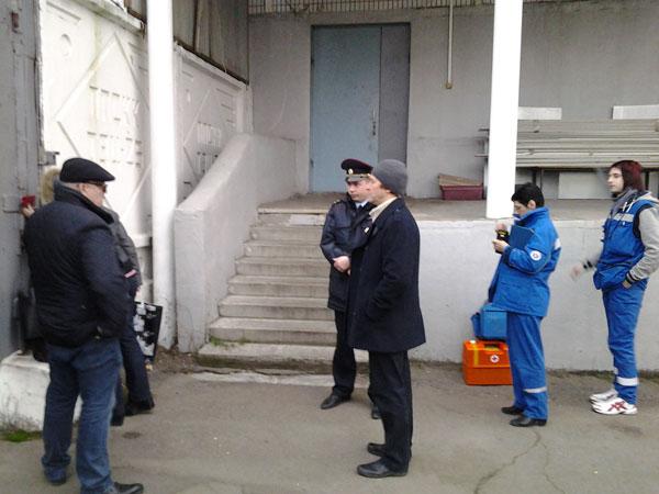 Адвокат, полицейский и врачи Скорой безуспешно пытаются попасть к Кривову