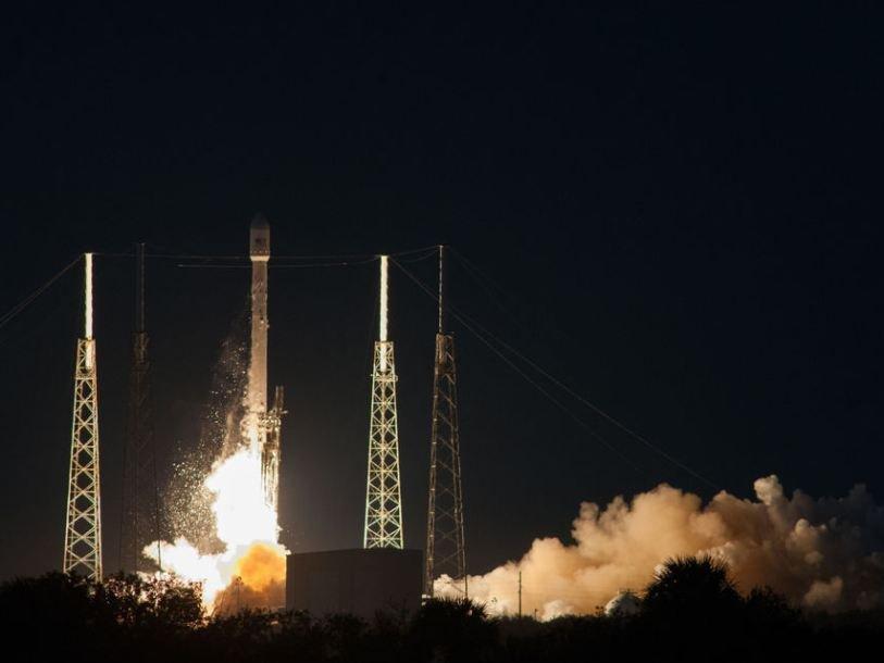 Falcon 9 впервый раз удачно приземлился наплавучую баржу