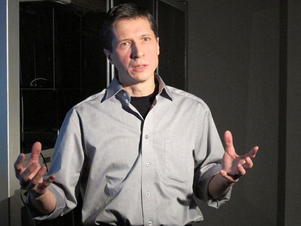 Алексей Желтиков рассказывает журналистам о своей лаборатории