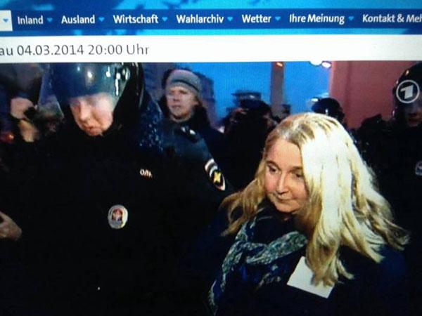 Задержание И. Левонтиной. Скриншот с ARD Tagesshau