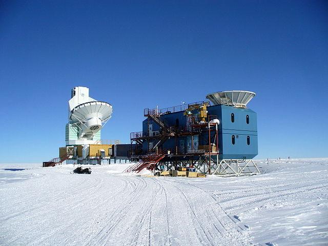Здание BICEP2 на южном полюсе (справа)