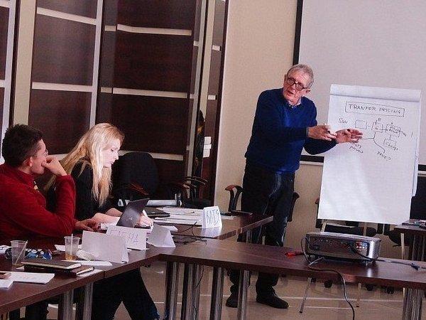 Робин Меттьюз читает лекцию в Межрегиональном открытом социальном институте