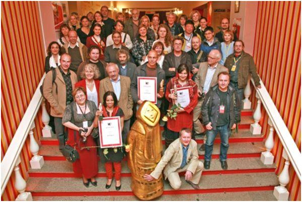 «Золотой Нанук», символ МКФ «Флаэртиана» - тоже родом из «Нового курса».  Члены жюри и участники фестиваля, кинотеатр «Триумф», 2008 год