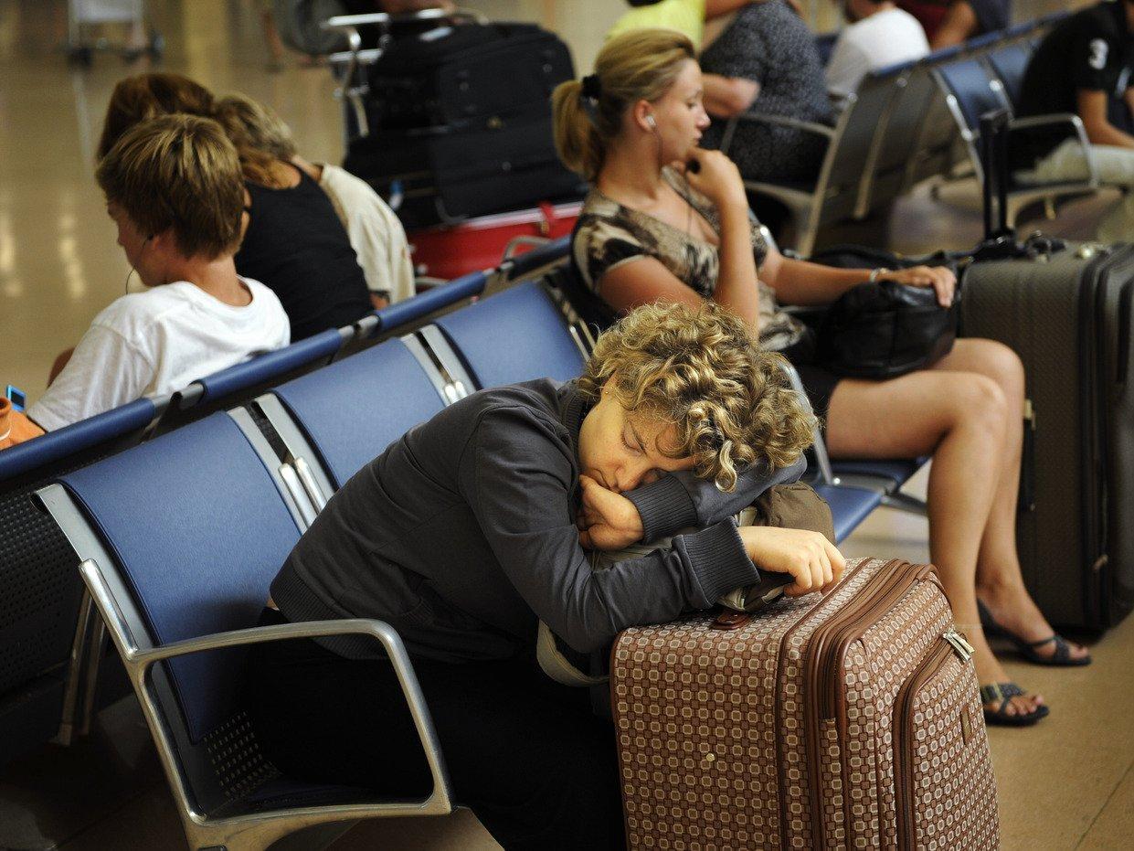 Туристы в зале ожидания аэропорта