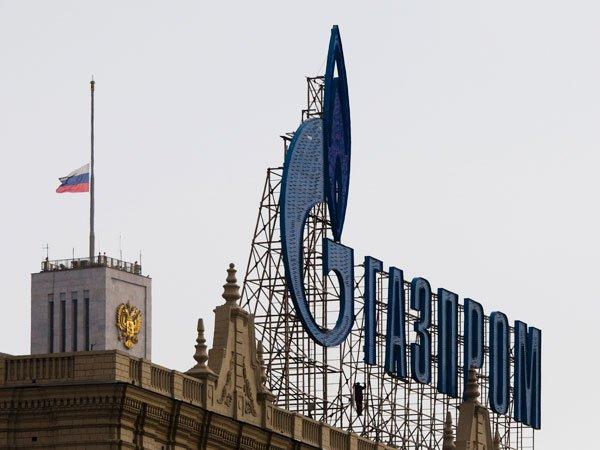 Здание с надписью Газпром на Краснопресненской набережной в Москве