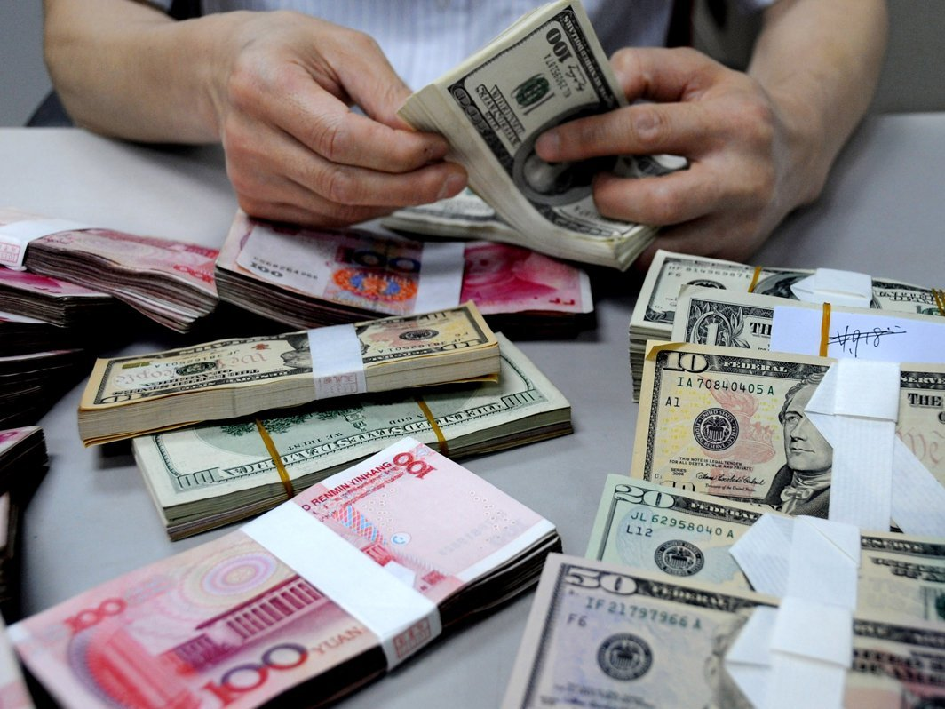 Официальный курс евро рухнул перед выходными