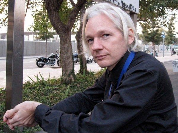 Основатель WikiLeaks Джулиан Ассанж остался без интернета