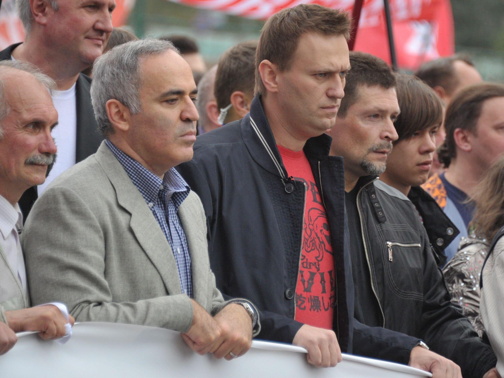 ВКемерове двое неизвестных закидали яйцами Алексея Навального