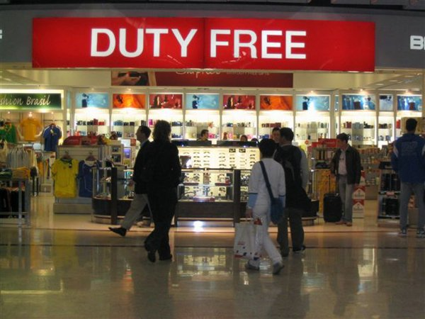 Всамолет самолета могут запретить проносить спирт duty free