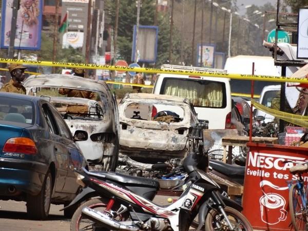 У кафе Cappuccino после теракта в Буркина Фасо