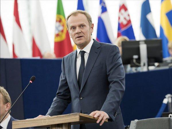 Туск связал продление санкций противРФ сКрымским мостом