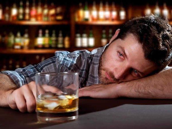 Мужчина со стаканом виски в баре