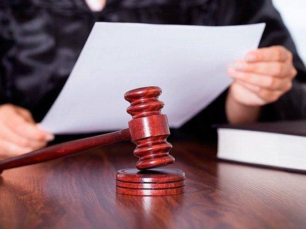 Молоток на столе судьи