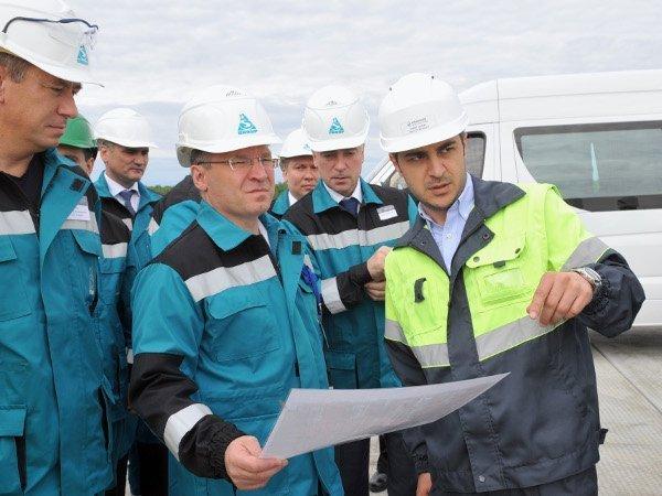 Глава Тюменской области Владимир Якушев (в центре) на площадке строительства «ЗапСибНефтехима»
