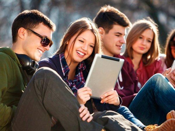 Студенты просматривают новости
