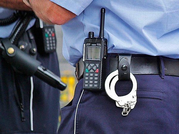 Наручники у полицейского