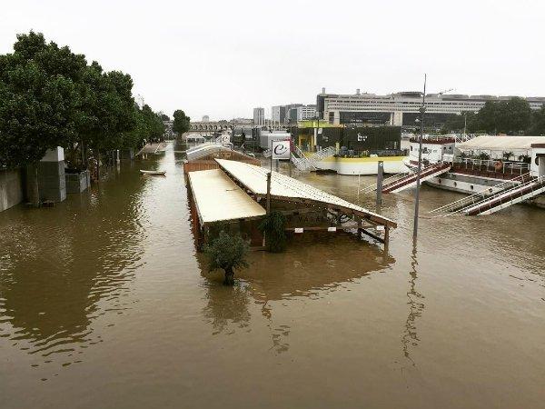 Наводнение встолице франции: ИзЛувра эвакуируют экспонаты
