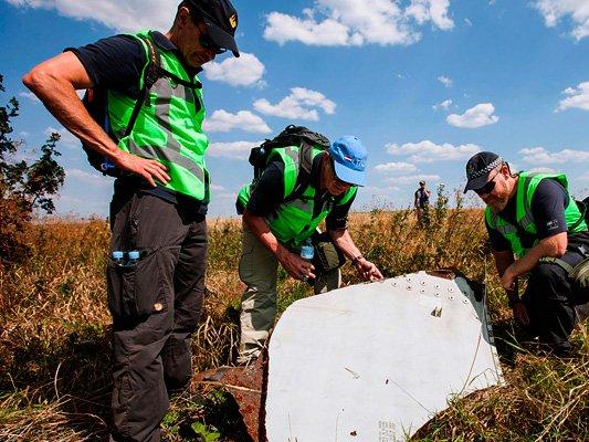 Следователи на месте падения обломков рейса МН17