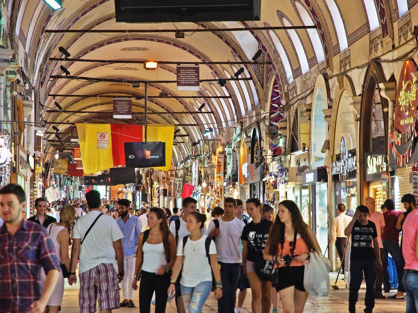 Турция туристы на стамбульском базаре