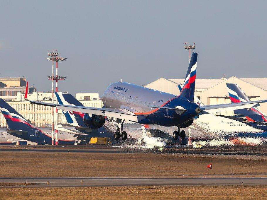 ВПетербурге самолет приземлился снеисправной стойкой шасси