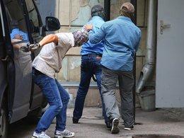 Задержанных сотрудников Главка СК РФ по Москве доставляют в Лефортовский суд. 19 июля 2016