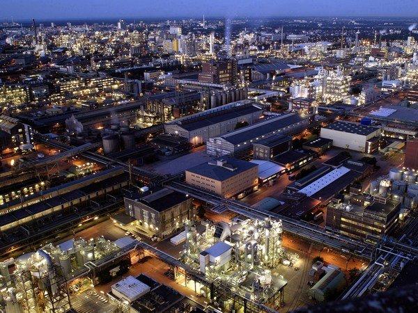 Cотрудники экстренных служб предупредили овредных выбросах в германском Людвигсхафене