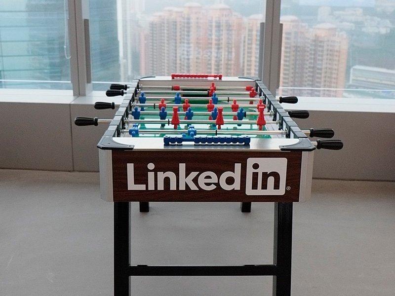 Настольный футбол с логотипом Линкед Ин  LinkedIn