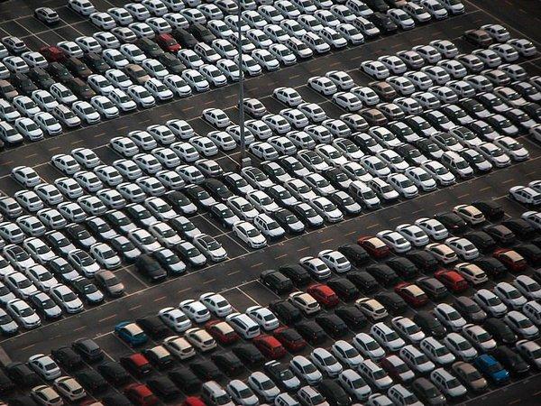 Автомобили на заводской стоянке