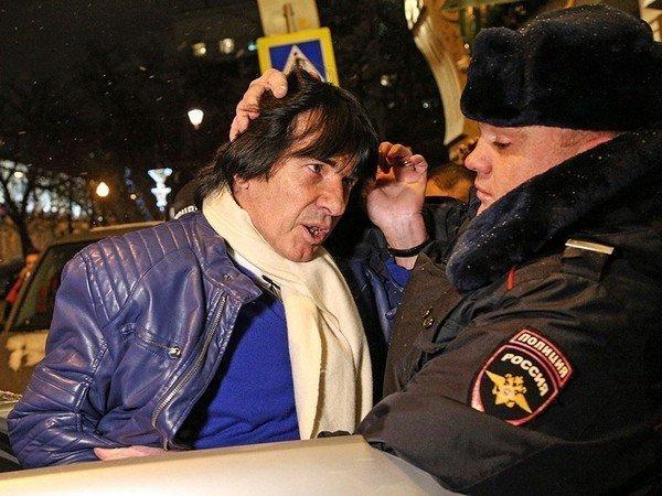 Дидье Маруани сажают в полицейскую машину