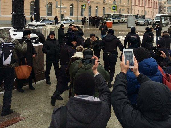 В столицеРФ проходит акция вподдержку политзаключенных. милиция начала задержания