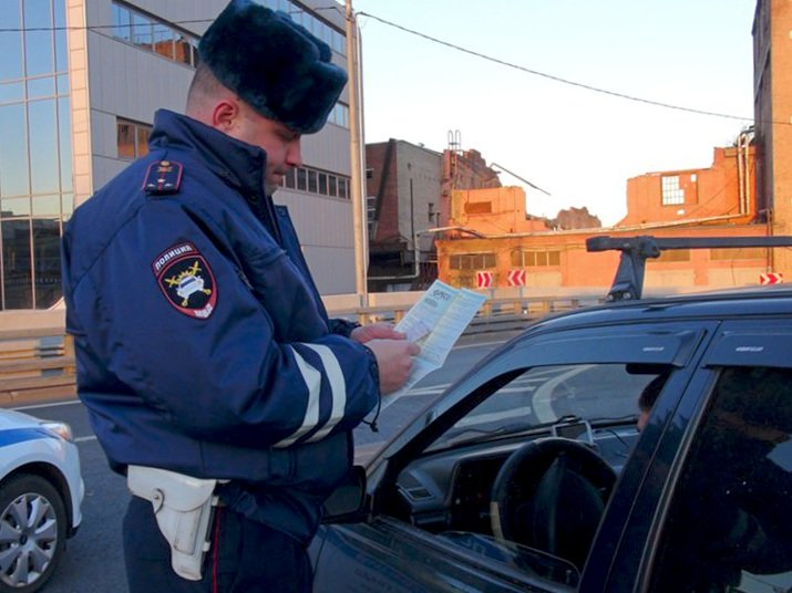 Инспекторам ГИБДД запретят курить иругаться