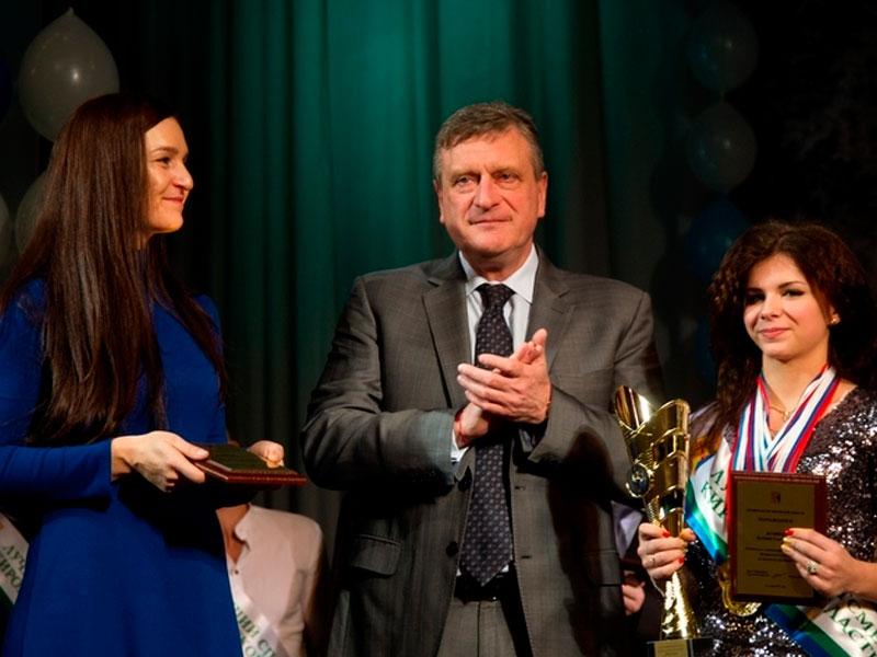 Кремль порекомендовал губернаторам поздравить женщин стихами