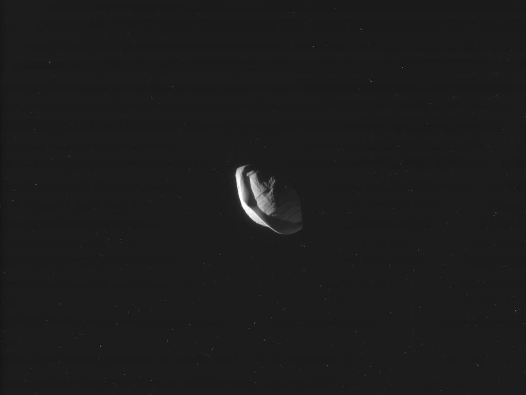 Что заставило спутник Сатурна превратиться в35-километровый космический пельмень?
