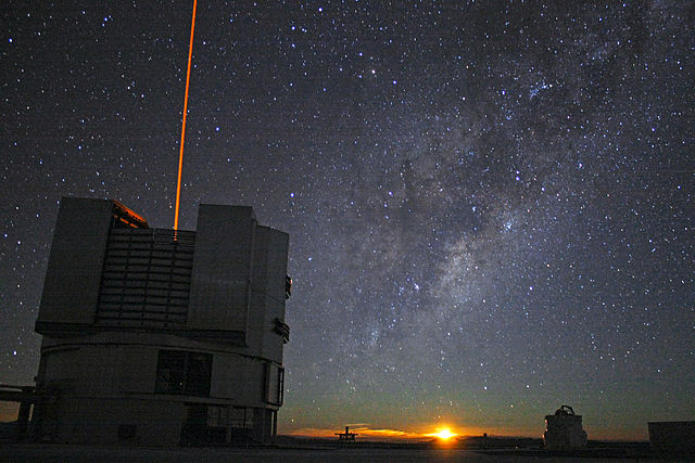 Ученые обнаружили сверхмассивную черную дыру, выброшенную запределы галактики