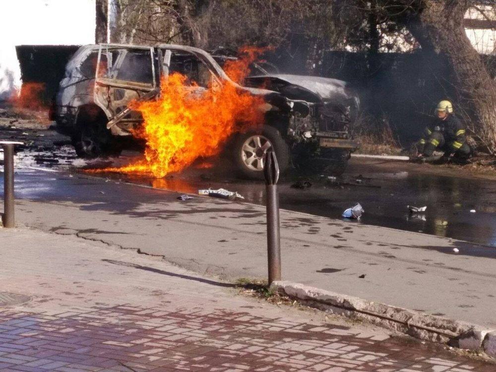 Работник СБУ умер при взрыве автомобиля вцентре Мариуполя