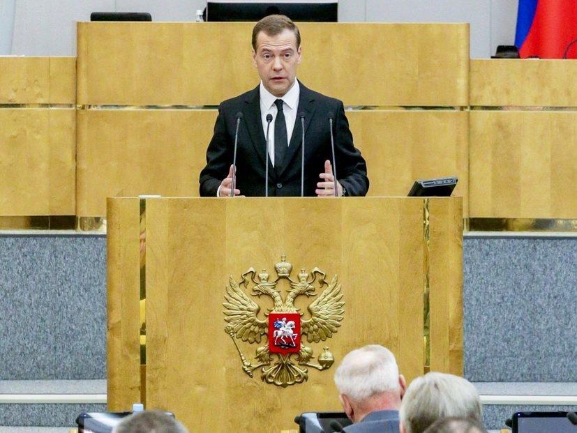 Bloomberg объяснило нежелание В.Путина увольнять Медведева