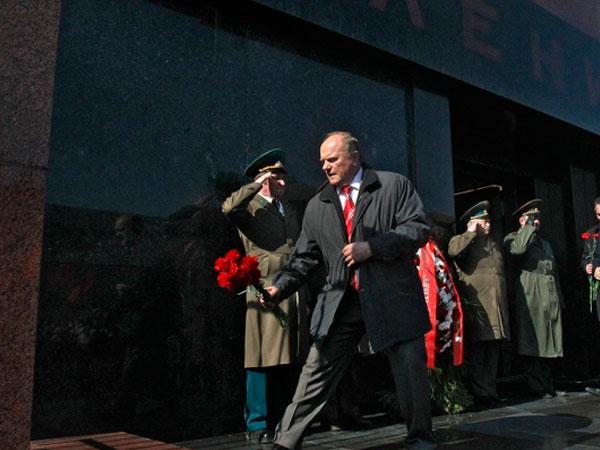 Ленин в центре внимания