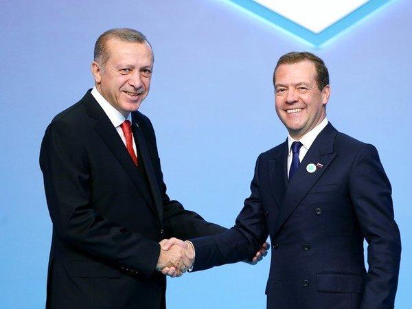 Медведев снял ограничения на поставки продуктов из Турции