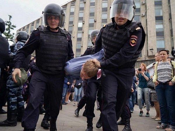 Подростка, напавшего наомоновца в российской столице  сбаллончиком, отправили под домашний арест
